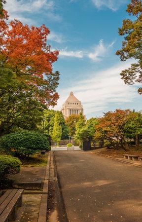 Tokyo, Japon, 4 novembre 2017: Bâtiment de la Diète nationale du Japon, au centre de Tokyo, avec des feuilles d'automne