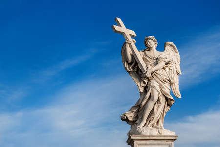 Ange tenant la Sainte Croix avec beau ciel et espace copie. Un chef-d'?uvre baroque du XVIIe siècle au sommet du pont Saint-Ange au centre de Rome Banque d'images