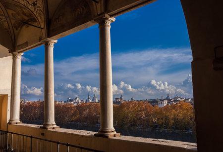 Rome, Italie, 3 décembre 2017: Skyline d'automne du centre historique de Rome avec de beaux nuages ??juste avant le coucher du soleil depuis la galerie panoramique de Castel Sant'Angelo Éditoriale