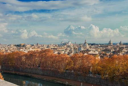Vue du centre historique de Rome automne ou hiver vue sur les toits, avec de beaux nuages