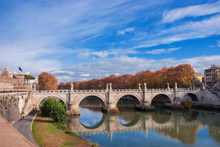 Vue de l'automne ou de l'hiver sur le pont du Saint-Ange (Pont du Saint-Ange) avec une réflexion sur le Tibre à Rome Banque d'images