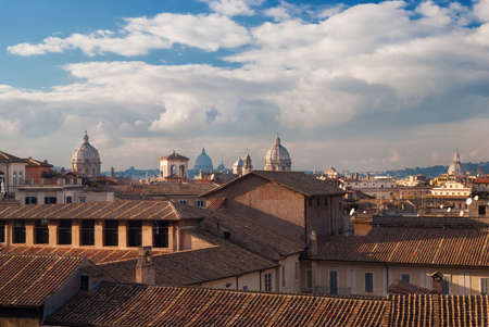 Skyline du centre historique de Rome avec les vieux dômes et les nuages ??au coucher du soleil, vu de la colline du Capitole
