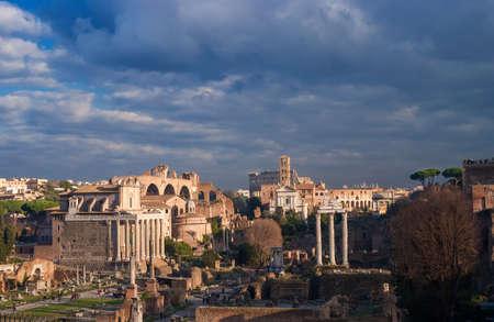 Forum romain vue panoramique au coucher du soleil avec des ruines antiques, des églises et du Colisée, dans le centre historique de Rome Banque d'images