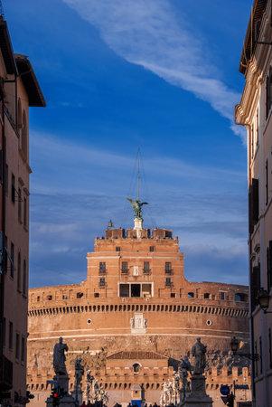 Castel Sant'Angelo (Château du Saint-Ange) au coucher du soleil vu d'une rue étroite dans le centre historique de Rome Éditoriale
