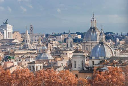 Skyline automne centre historique de Rome avec des dômes anciens, des flèches et des tours au coucher du soleil