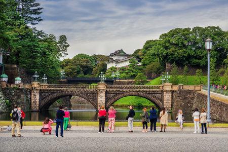 Tokyo, Japon, 24 octobre 2017: Les touristes visitent les jardins extérieurs du palais impérial de Tokyo avec le célèbre pont de Nijubashi