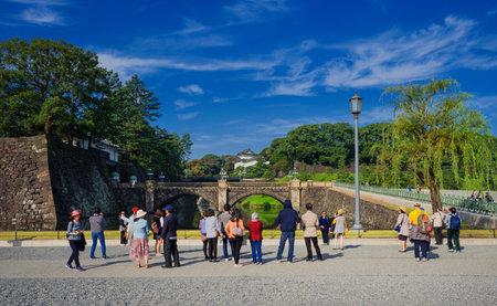 Tokyo, Japon, 4 novembre 2017: Les touristes visitent les jardins extérieurs du palais impérial de Tokyo avec le célèbre pont de Nijubashi