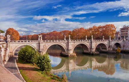 Ponte Sant'Angelo (Pont du Saint-Ange) et le Tibre à Rome avec des feuilles d'automne et le ciel