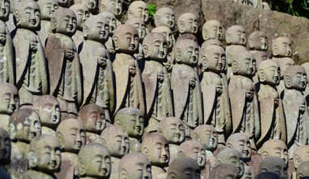 Rangées de vieilles statues traditionnelles de moine bouddhiste au Japon