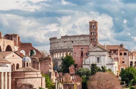 Église Saint-François de Rome et ruines du Colisée vues du Capitole avec de beaux nuages Éditoriale