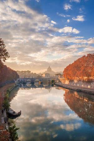 Feuilles d'automne le long du fleuve Tibre à Rome avec Saint Peter dôme, le pont du Saint-Ange et vieux navire coulé au coucher du soleil