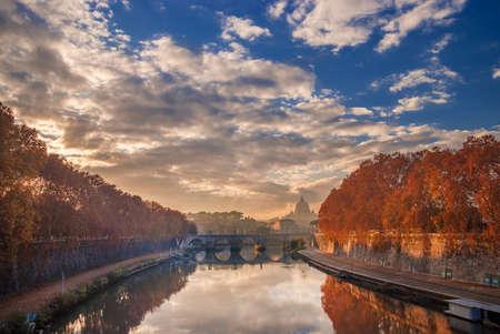 Feuilles d'automne le long de la rivière Tiber à Rome avec Saint Peter dome et Holy Angel Bridge au coucher du soleil