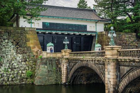 Tokyo, Japon, 24 octobre 2017: Porte principale du palais impérial de Tokyo avec pont en pierre et gardes