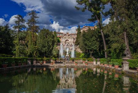 Tivoli, Italie, 19 avril 2017: Les touristes visitent la magnifique Villa d'Este à Tivoli, avec la fontaine de Neptune