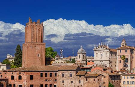 Le marché de Trajan ruines romaines antiques avec la vieille tour de la milice et les nuages Banque d'images