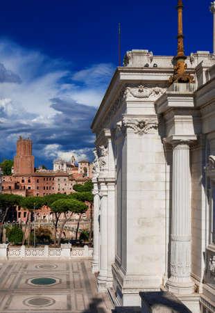 Le marché de Trajan ruines romaines anciennes avec la vieille tour de la milice et les nuages ??vu de l'autel de la Nation terrasse monumentale dans le centre historique de Rome