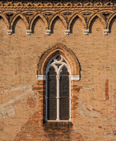 Échantillon de fenêtre gothique vénitien sur un mur de briques