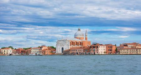 Vue panoramique de l'église du Très Saint Rédempteur, connue sous le nom de Redentore, sur l'île de la Giudecca dans la lagune de Venise, conçue par le célèbre architecte de la Renaissance Palladio