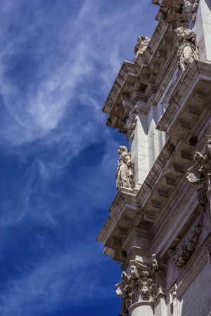 Détail de la façade baroque du XVIIe siècle de l'église de San Salvador (Saint-Sauveur) à Venise avec de beaux nuages Banque d'images