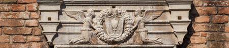 Deux anges tenant le Saint Calice avec hôte sur un ancien relief médiéval à Venise