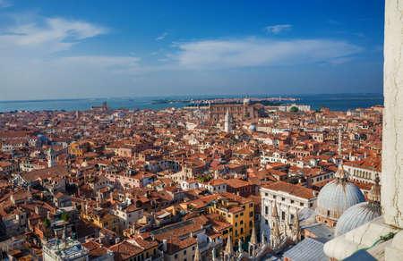 Vue panoramique du centre historique de Venise et des îles du lagon nord de la tour Saint-Marc