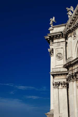 Salut Basilique (Sainte Marie de la Santé) détail de la façade baroque à Venise, érigée au 17ème siècle (avec ciel bleu et copie espace)