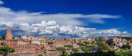 Forum Impérial vue d'en haut avec des monuments antiques dans le centre historique de Rome