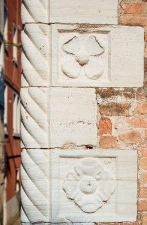 Vieux coin de mur avec décoration florale à Venise