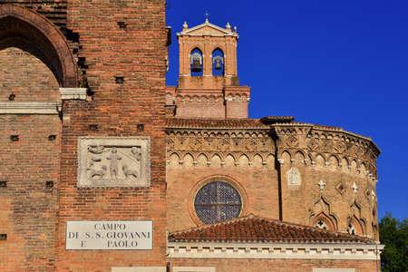 Détail Saints John et Paul église gothique à Venise avec le vieux panneau de signalisation de la vieille place