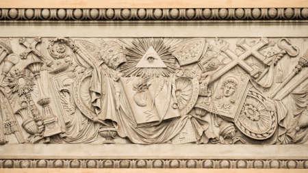 Symboles religieux chrétiens avec l'oeil de la providence sur un soulagement du 19ème siècle à Rome Place du Peuple