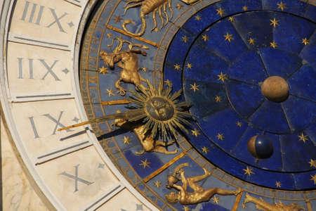 Temps ancien et astrologie. Détail de la place Saint-Marc renaissance Tour de l'horloge à Venise avec des signes du zodiaque, de la planète et des étoiles (15ème siècle) Banque d'images