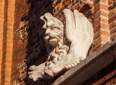 Statue de Saint-Marc ailée en pierre ancienne sur un mur vénitien, symbole de l'ancienne République de Venise Banque d'images