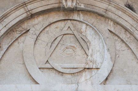 Eye of Providence, a masonic symbol on Magdalene neoclassical facade in Venice, completede in 1790 Banque d'images