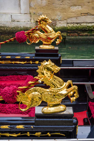 Golden sea horse, a traditional gondola decoration in Venice Banque d'images