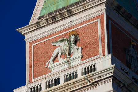Winged Lion, symbol of the old Republic of Venice, at the top of Saint Mark Bell Tower Banque d'images