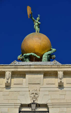 Fortune goddess statue holding wind vane with two atlas bear a golden globe atop the Dogana building (Old Customs House) in Venice, made in the 17th century by italian artist Bernardo Falconi Banque d'images
