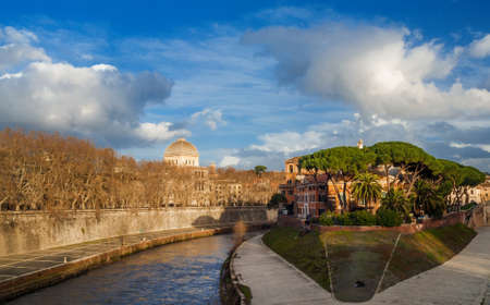 Winter view of Tiber Island and Rome Synagogue dome with beautiful sky Banque d'images