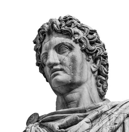 Ancienne statue en marbre du personnage mythique Castor ou Pollux, datée du 1er siècle avant JC, située au sommet de la balustrade monumentale de la colline du Capitole, à Rome (isolée sur backgorund blanc) Banque d'images