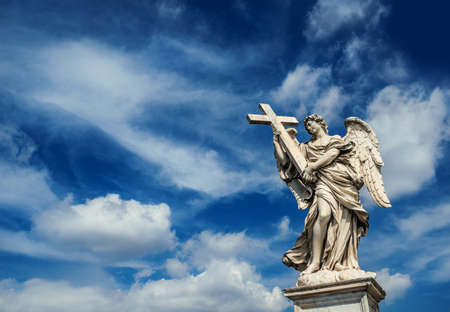Angel holding the Holy Cross with heavenly sky and copy space. A 17th centuty baroque masterpiece at the top of Sant'Angelo Bridge in the center of Rome Archivio Fotografico - 102802526