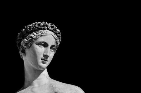 Ancienne statue en marbre de la déesse romaine ou grecque (noir et blanc avec espace de copie)