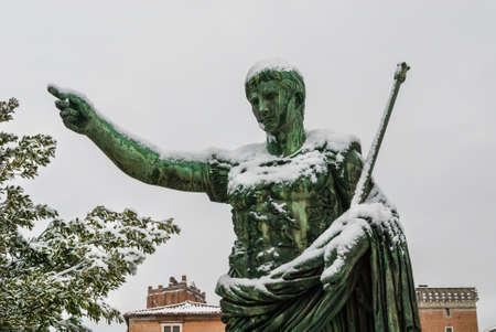 Empereur romain gelé. Statue en bronze de César Auguste le long du Forum impérial couvert de neige, un événement très rare à Rome Banque d'images