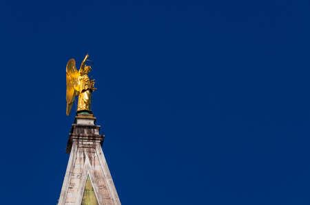 Golden angel statue with blue sky, at the top of Saint Mark Bell Tower in Venice, erected in 1820 (with copy space) 版權商用圖片