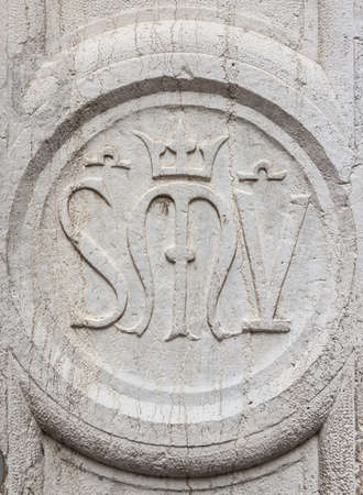 Scuola vecchia della Misericordia (Old School of Mercy) ancient symbol on a Venice wall 版權商用圖片