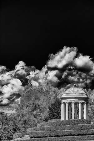 Neoclassical architecture and landscape in Vicenza. Monopteros temple erected in 1820 in the Querini public park (Black and White with copy space above) 版權商用圖片