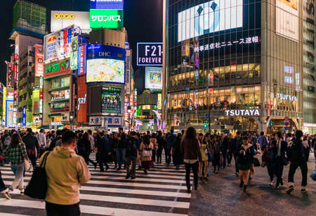 Tokyo stadslichten. De wereldberoemde Shibuya Crossing 's nachts Redactioneel