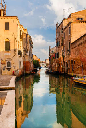 View of a characteristic Venice canal and old traditional houses in the quiet Cannareggio District Banco de Imagens - 138573547
