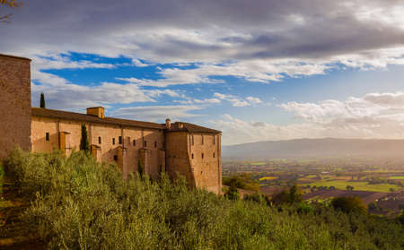 Vie of Umbria valley just befor sunset from Assisi charming historic center 新聞圖片