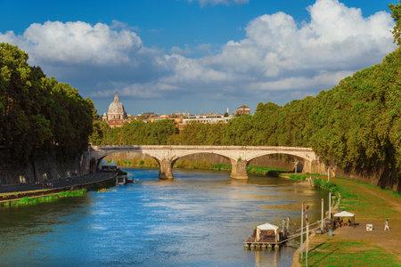 Life along River Tiber near Ponte Umberto I bridge 新聞圖片