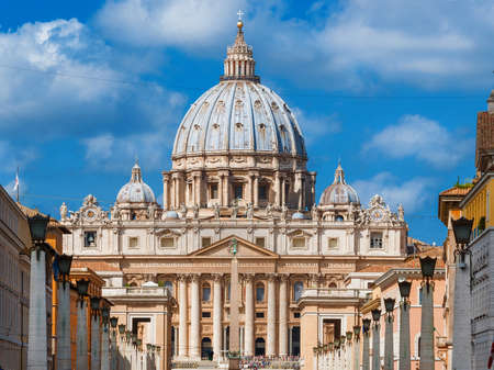 View of the beautiful Saint Peter Basilica, center of Catholicism and a famous city landmark, from Via della Conciliazione (Road of the Conciliation) in Rome 新聞圖片