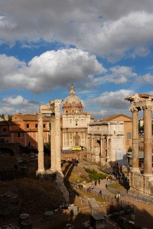 Tourists visit Roman Forum ancient ruins 新聞圖片